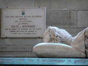 Souvigny priory - Insite the Saint-Pierre et Saint-Paul priory church: new chapel: recumbent statue of Charles I (Duke of Bourbon), and in the background plaque stating that the Prince Sixte of Bourbon Parme also rests in this tomb of the Dukes of Bourbon