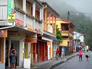 Talkessel Salazie - Farbige Häuser und Läden des Dorfes Hell-Bourg