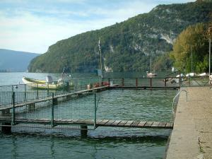 Talloires - Lake with swimming pool and boats, shore and hill covered with trees