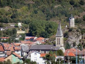 Tarascon-sur-Ariège - Bell tower of the Sainte-Quitterie church, houses of the town and Castella tower overlooking the place