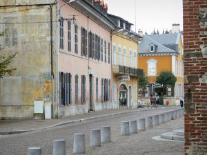 Tarbes - Street lined with houses with colorful facades