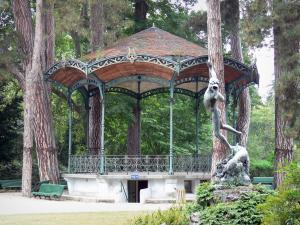 Tarbes - Massey garden (English landscape park): bandstand surrounded by trees