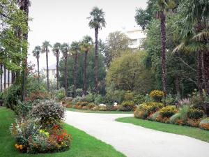 Tarbes - Massey garden (English landscape park): path lined with flower beds, trees and palms