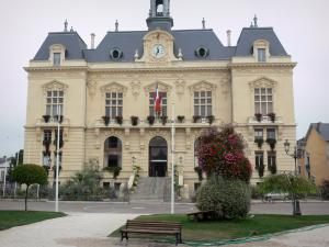 Tarbes - Façade of the town hall and Jean Jaurès square