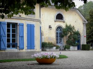 Tarbes - Tarbes national stud farm: buildings and flowers in pots