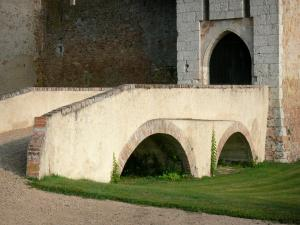 Thoury castle - Bridge and entrance to the castle; in the town of Saint-Pourçain-sur-Besbre, in Besbre valley