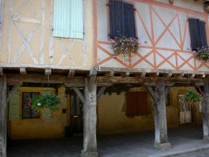 Tillac - Half-timbered houses with flower-bedecked arcades