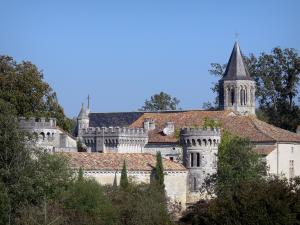 Torsac - Crenellations and machicolation of the castle, and octagonal bell tower of the Saint-Aignan church