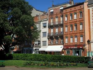 Toulouse - Garden of the cathedral and houses of the old town