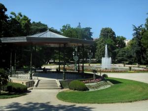 Toulouse - Grand Rond garden: bandstand, pond with fountains, paths, lawns, shrubs, flowers and trees