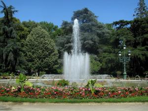Toulouse - Grand Rond garden: pond with fountains, flowers, lamppost and trees