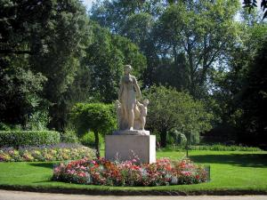 Toulouse - Royal garden: statue, flowerbeds, lawn and trees