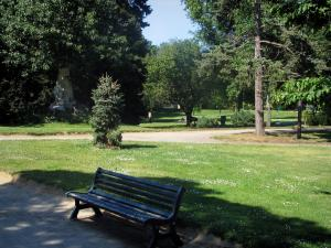 Toulouse - Botanical garden (Jardin des Plantes): bench, lawns, paths and trees