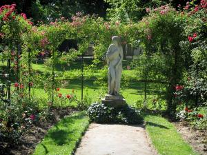 Toulouse - Botanical garden (Jardin des Plantes): statue and climbing rosebushes (roses)