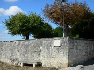 Tournon-d'Agenais - Bench, lamppost and trees