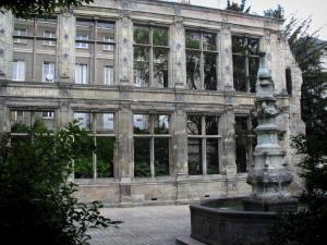 Tours - Beaune-Semblançay garden: carved fountain and remains of the Beaune-Semblançay mansion