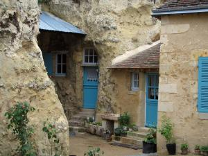 Trôo - Troglodyte house (dug into the cliff) with doors and blue shutters