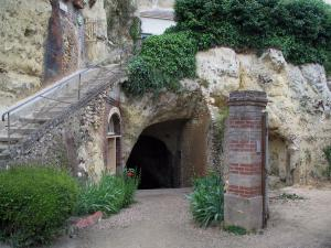 Trôo - Troglodyte house and entrance to the Source