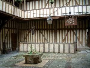 Troyes - Mortier d'Or court with its well and its timber-framed facade
