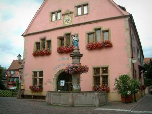 Turckheim - Guardroom home to the tourism office decorated and flower-bedecked fountain (geraniums)