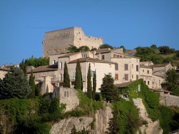 Vaison-la-Romaine - Houses and castle of the medieval town (high city)