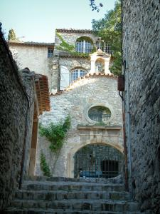 Vaison-la-Romaine - Narrow street (stairway) and houses of the medieval town (high city)