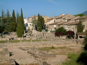 Vaison-la-Romaine - Houses of the city lining the archeological site with the Gallo-Roman remains (ancient ruins) of the Villasse district