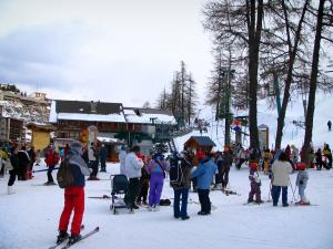 Valberg - Ski lifts, snow, trees and residences in the ski resort