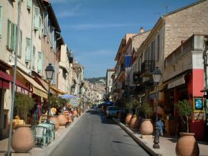 Vallauris - Shopping and tourist street with numerous potteries and ceramics shops