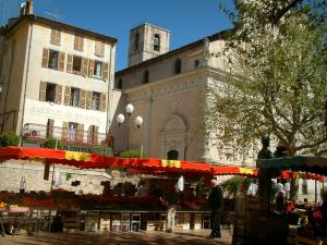 Vallauris - Fruits and vegetables market on the church square