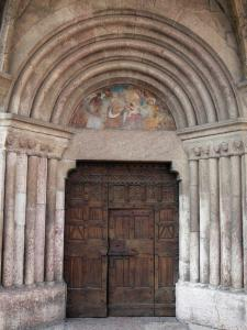 Vallouise - Portal of the Saint-Etienne church and its carved wooden door