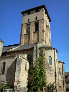 Varen - Saint-Pierre Romanesque church topped by a square tower