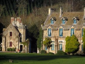 Vaux-de-Cernay abbey - Buildings home to a mansion, lawn and trees, in the Upper Chevreuse Valley Regional Nature Park