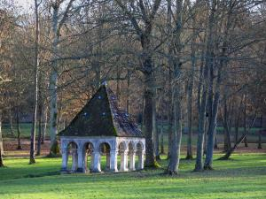 Vaux-de-Cernay abbey - Saint-Thibault fountain, lawn and trees, in the Upper Chevreuse Valley Regional Nature Park