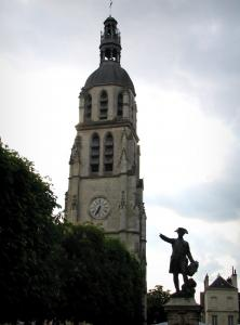 Vendôme - Saint-Martin tower (isolated bell tower), statue of Rochambeau and trees