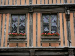 Verneuil-sur-Avre - Half-timbered house with flower-bedecked windows
