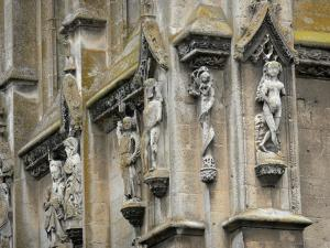 Verneuil-sur-Avre - Carved figures adorning the Madeleine tower