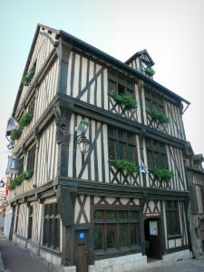 Vernon - Maison du Temps Jadis, half-timbered and corbelled house, home to the tourist office of Portes de l'Eure