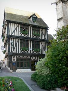 Vernon - Maison du Temps Jadis, half-timbered and corbelled house, home to the tourist office of Portes de l'Eure, near the collegiate church