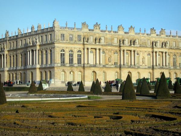 Versailles - Palace of Versailles and its park (flowerbeds, cut shrubs and pond)