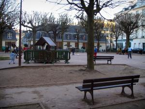 Versailles - Square decorated with trees and benches, and houses of the Saint-Louis district