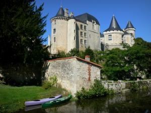 Verteuil-sur-Charente - Castle flanked by towers, trees, the Charente river (Charente valley) and canoes