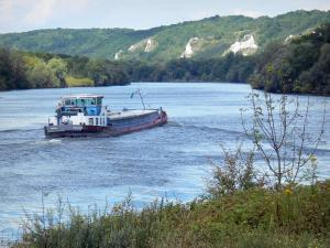 Vétheuil - Barge sailing on River Seine and wooded banks (Seine valley); in the Vexin Français Regional Nature Park