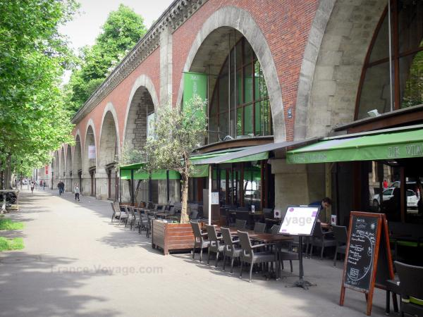 Viaduct of the Arts and its Planted Promenade - Café terrace and shops of the viaduct
