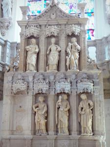 Vic-le-Comte Holy Chapel - Interior of the Holy Chapel (Saint-Pierre church): carved altar made of white stone