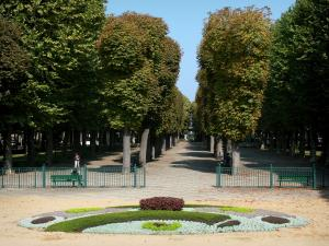 Vichy - Spa town (resort): Park of the Springs and its tree alleys, flowerbed in the foreground
