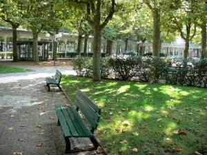 Vichy - Spa town (resort): Park of the Springs with its trees, benches and covered porch
