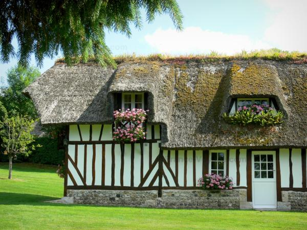 Vieux-Port - Half-timbered thatched cottage with flower-bedecked windows in the Norman Seine River Meanders Regional Nature Park, on the Thatched Cottage Route