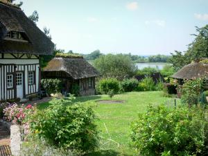 Vieux-Port - Half-timbered thatched cottage and its garden overlooking the River Seine; in the Norman Seine River Meanders Regional Nature Park, on the Thatched Cottage Route