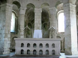 Vignory church - Inside the Saint-Etienne Romanesque church: altar and ambulatory